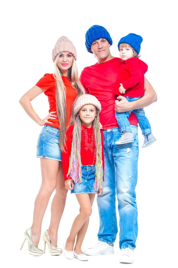 Famiglia al Natale Famiglia allegra in cappelli che esaminano macchina fotografica e che sorridono mentre isolato su bianco Amore fotografia stock