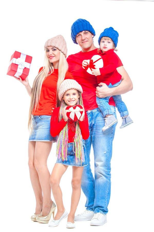 Famiglia al Natale Famiglia allegra in cappelli che esaminano macchina fotografica e che sorridono mentre isolato su bianco Conte fotografia stock libera da diritti