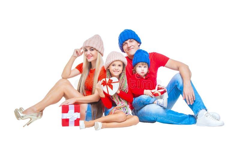 Famiglia al Natale Famiglia allegra in cappelli che esaminano macchina fotografica e che sorridono mentre isolato su bianco Conte fotografie stock libere da diritti