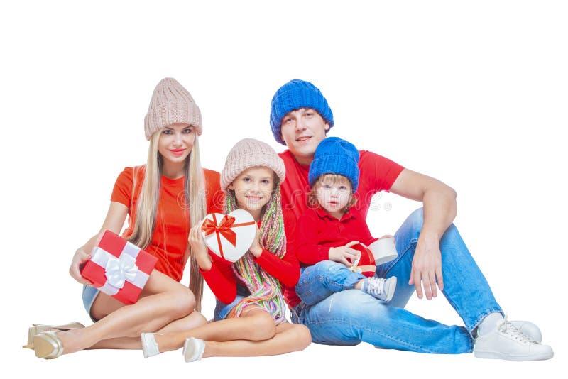 Famiglia al Natale Famiglia allegra in cappelli che esaminano macchina fotografica e che sorridono mentre isolato su bianco Conte immagini stock libere da diritti