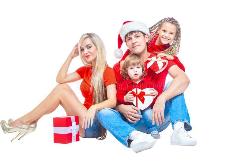 Famiglia al Natale Famiglia allegra in cappelli di Santa che esaminano macchina fotografica e che sorridono mentre isolato su bia fotografie stock libere da diritti