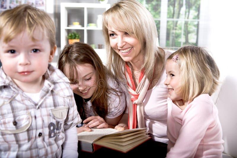 Famiglia alla lettura nel piano immagine stock libera da diritti