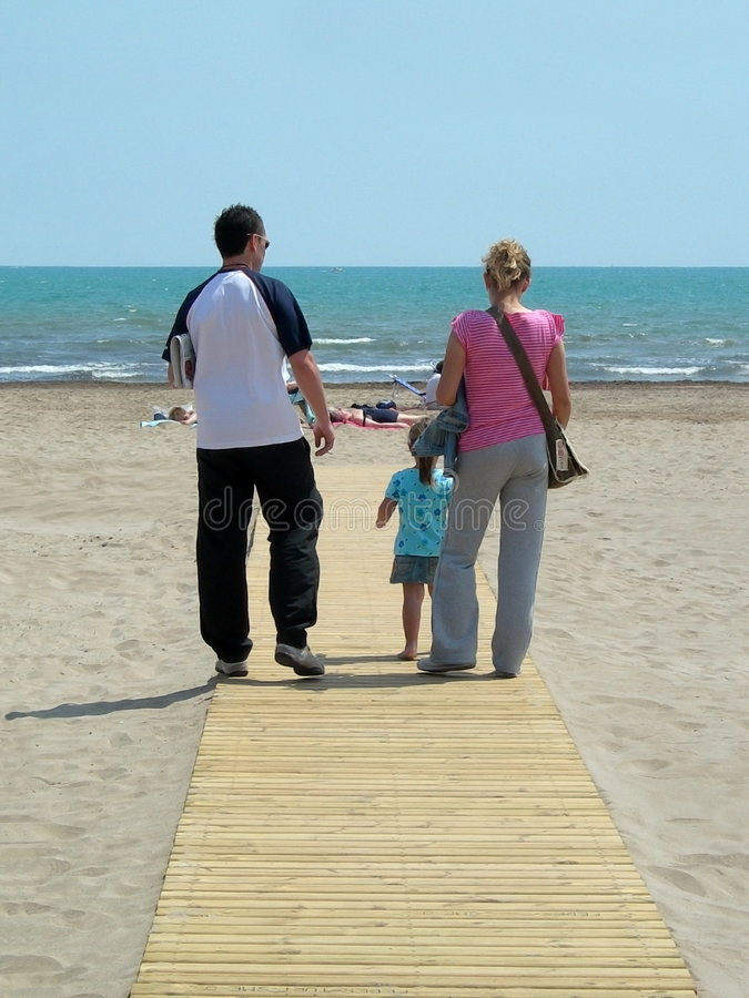 Famiglia alla spiaggia fotografie stock libere da diritti
