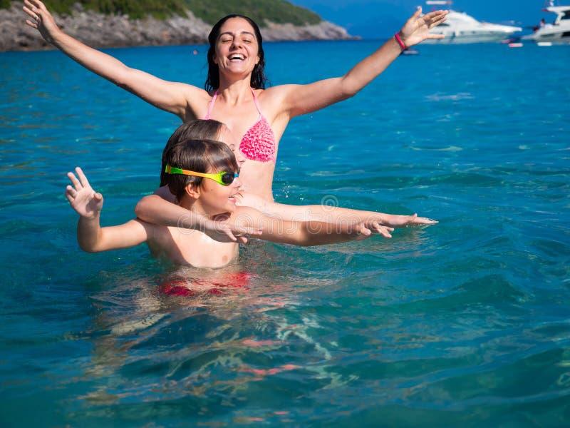 Famiglia alla spiaggia immagini stock