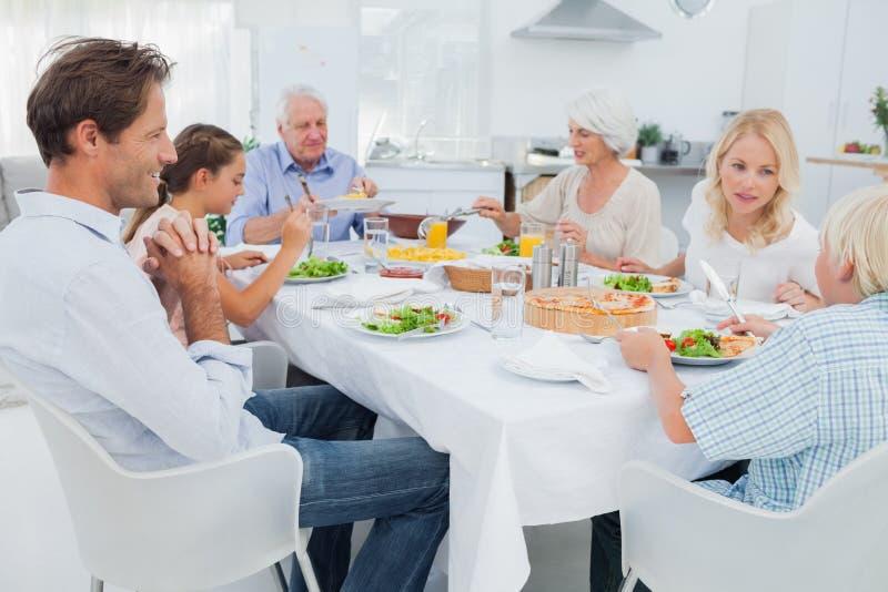 Famiglia allargata alla tavola di cena immagini stock libere da diritti