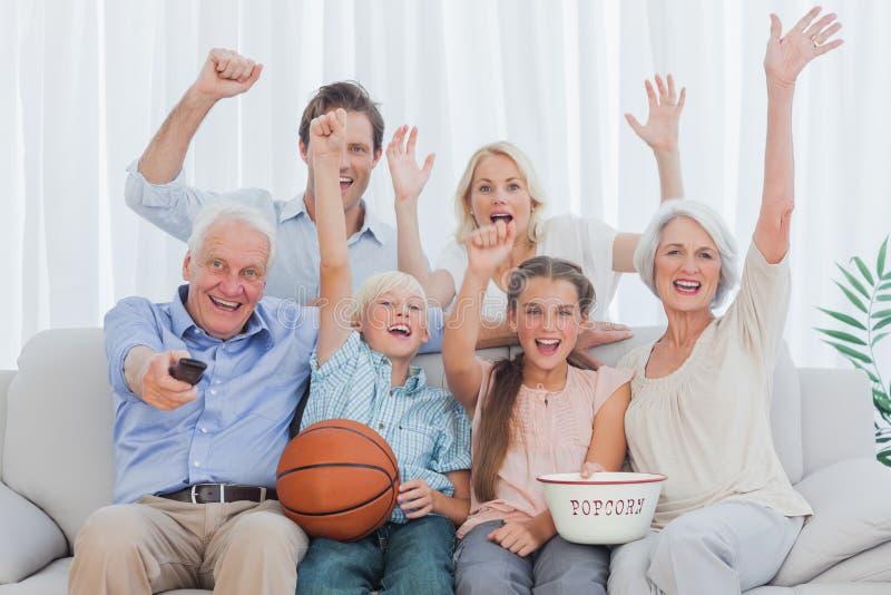 Famiglia allargata che guarda la TV fotografia stock libera da diritti