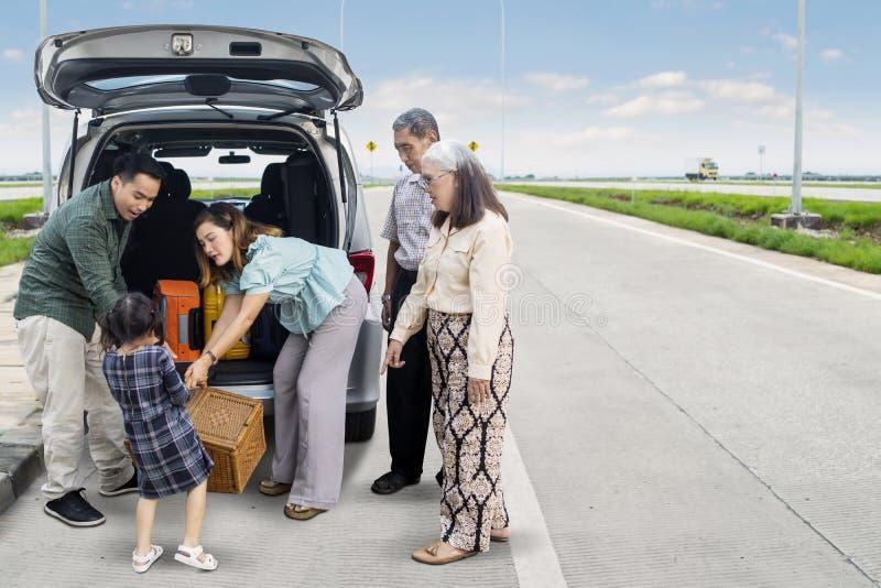 Famiglia allargata pronta ad un viaggio stradale fotografia stock libera da diritti