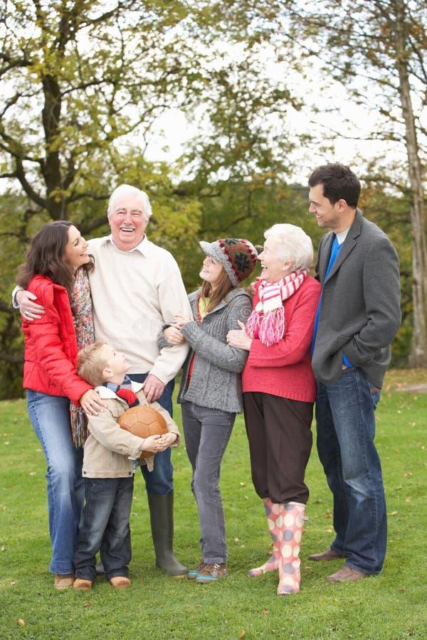 Famiglia allargata sulla camminata attraverso la campagna fotografie stock