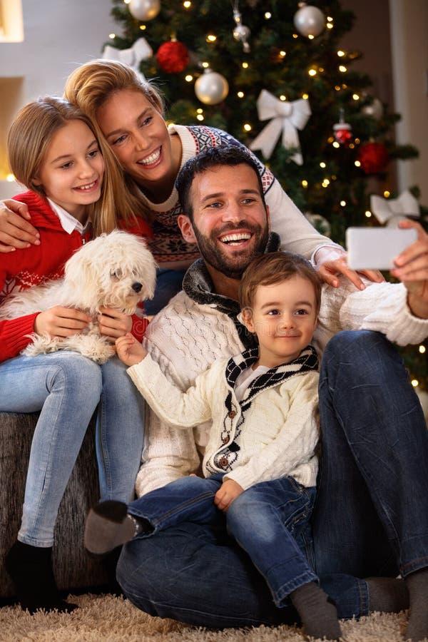 Famiglia allegra che fa selfie per il Natale fotografie stock