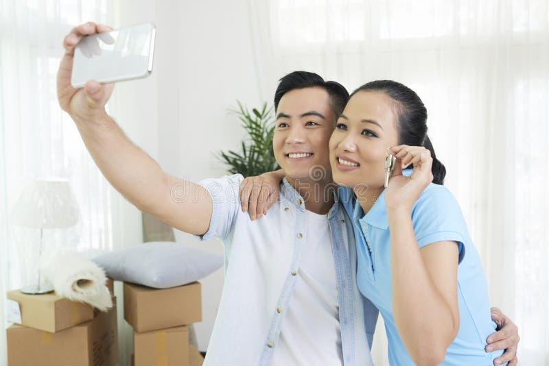 Famiglia allegra che prende selfie fotografia stock