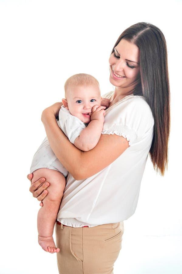 Famiglia allegra felice Madre e bambino che ridono e che abbracciano su w fotografia stock