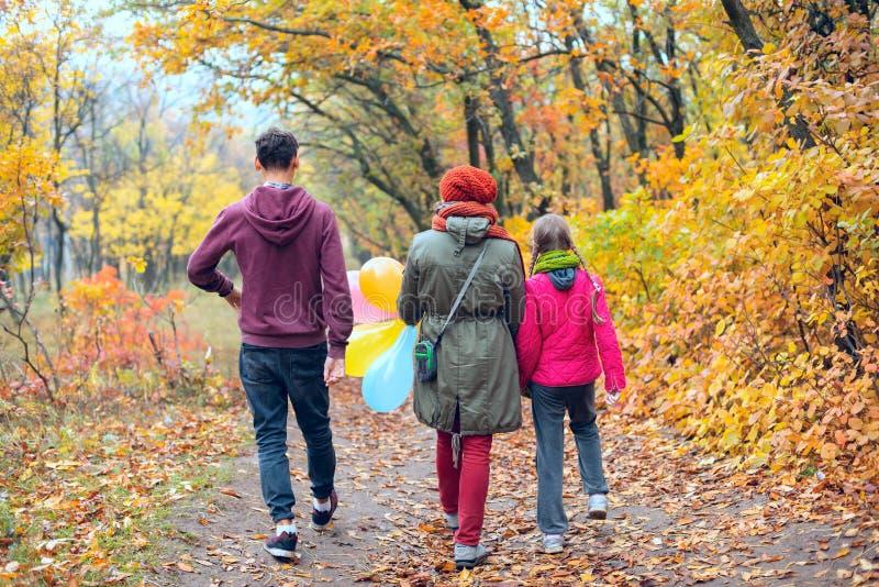 Famiglia allegra - mamma, figlia adolescente e figlio fotografia stock libera da diritti