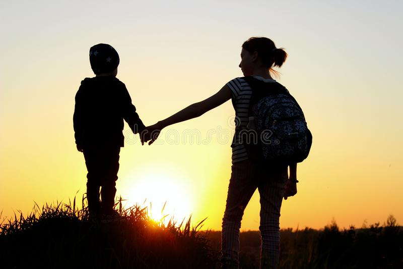 Famiglia amichevole, bambini, viaggio, concetto di valore familiare immagini stock libere da diritti