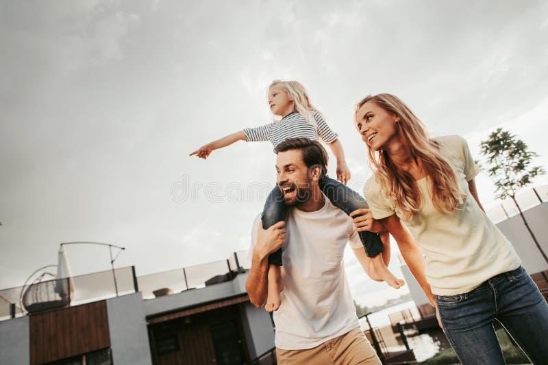 Famiglia amichevole che spende insieme tempo durante il fine settimana fotografia stock libera da diritti