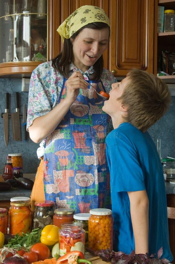 Famiglia amichevole sulla cucina. immagini stock