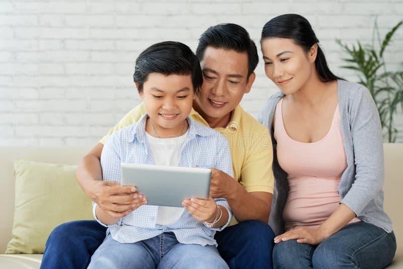 Famiglia amorosa che gode della sera pacifica immagini stock