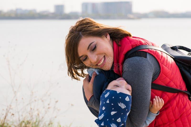 Famiglia amorosa felice Gioco del bambino e della madre fotografie stock libere da diritti