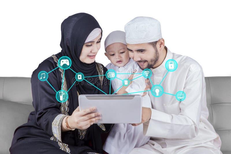 Famiglia araba facendo uso dell'applicazione della casa intelligente fotografia stock libera da diritti