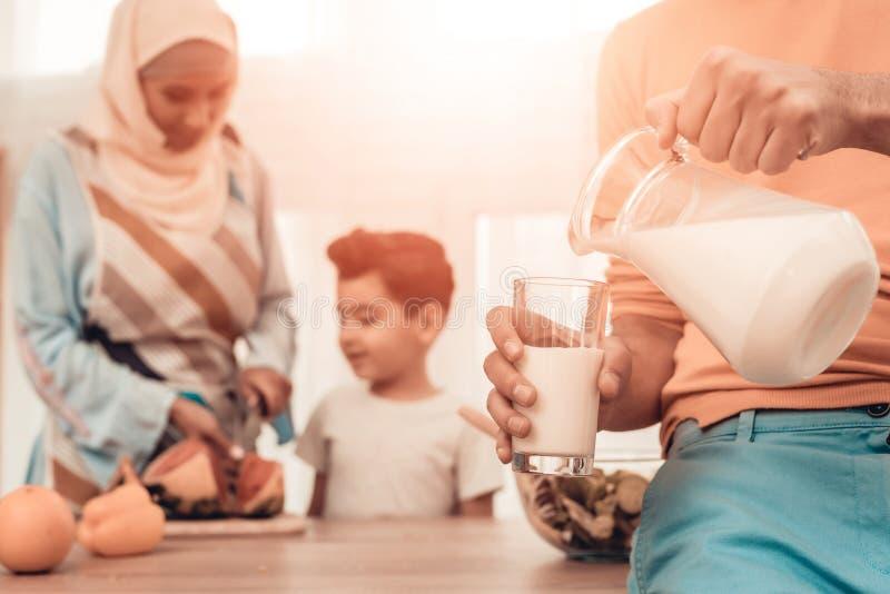 Famiglia araba felice che mangia anguria in cucina fotografia stock
