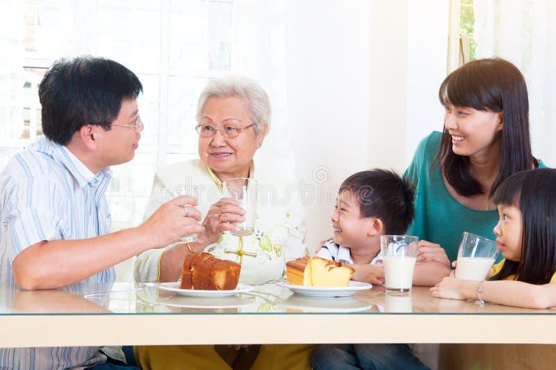Famiglia asiatica che mangia prima colazione immagine stock libera da diritti