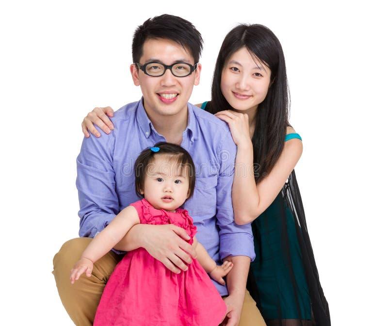 Famiglia asiatica con la figlia della madre, del padre e del bambino fotografia stock libera da diritti