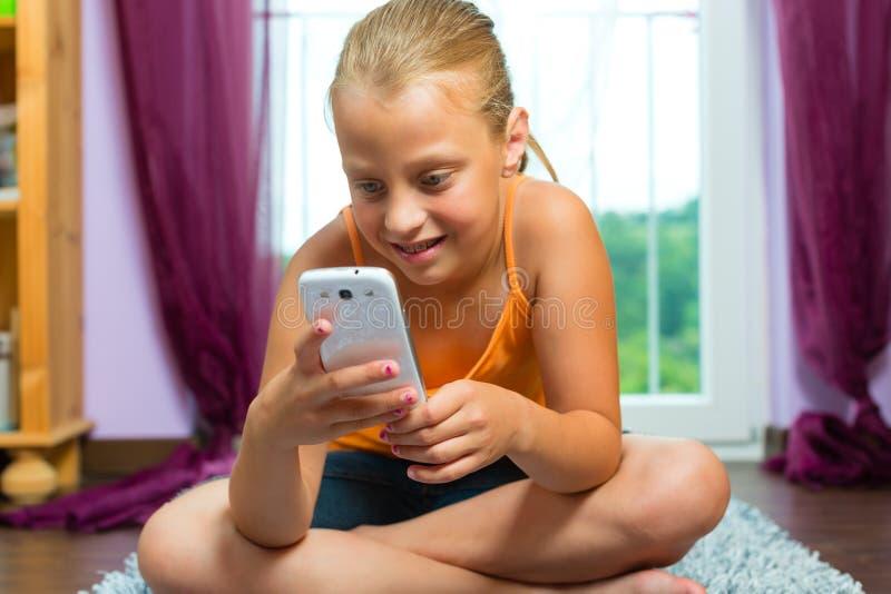 Famiglia - bambino con la cella o lo smartphone immagine stock libera da diritti
