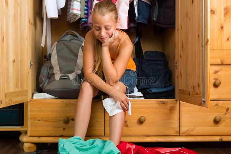 Famiglia - bambino davanti al suo gabinetto o guardaroba fotografie stock