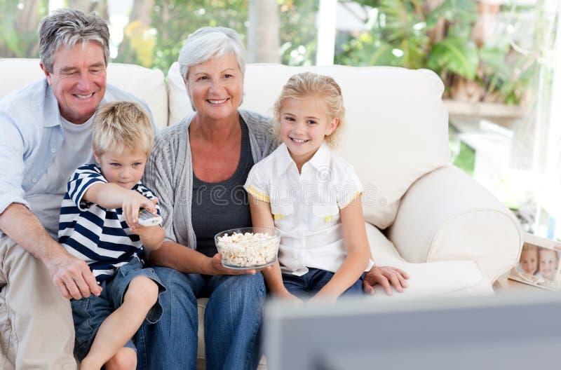 Famiglia bella che guarda TV fotografie stock libere da diritti