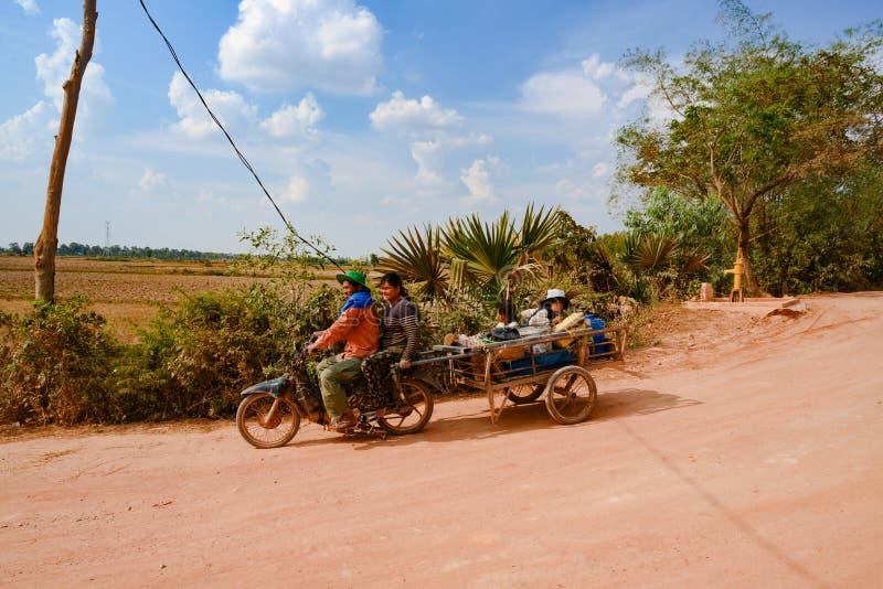 Famiglia cambogiana - padre, madre, bambini - durante il giro con la motocicletta fotografia stock