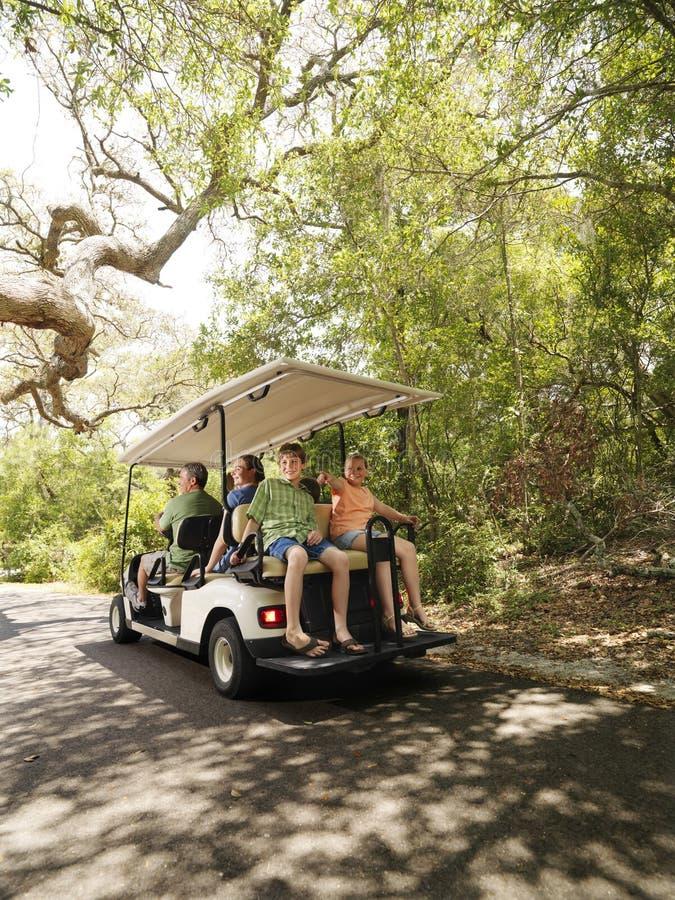 Famiglia in carrello di golf. immagine stock
