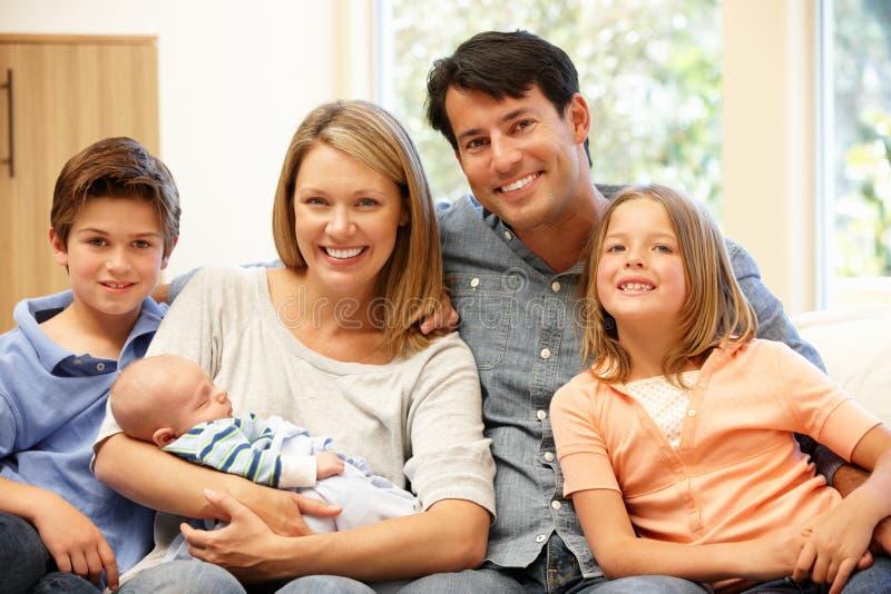 Famiglia a casa con il nuovo bambino fotografie stock