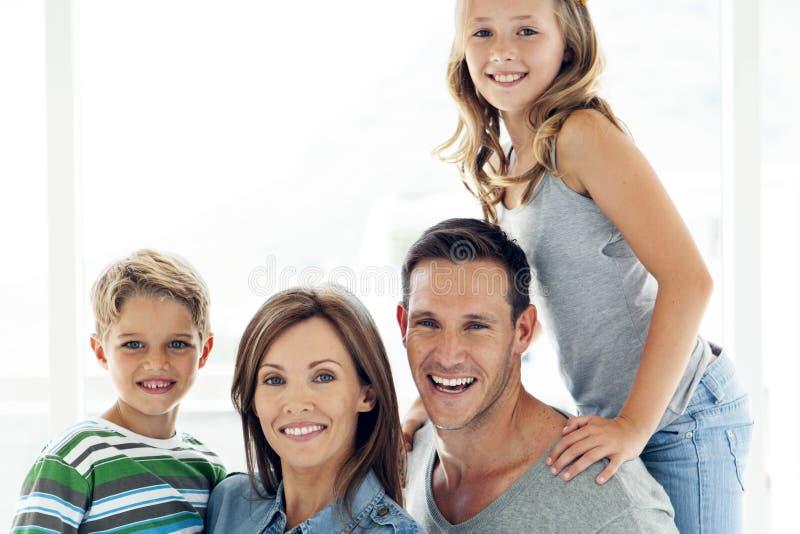 Famiglia caucasica felice con due bambini - ritratto fotografia stock libera da diritti