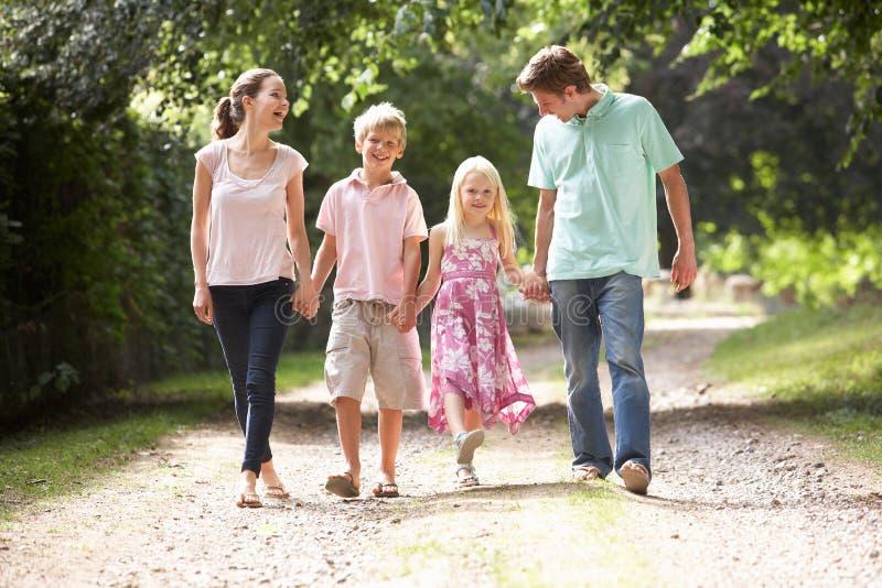 Famiglia che cammina insieme nella campagna immagine stock libera da diritti