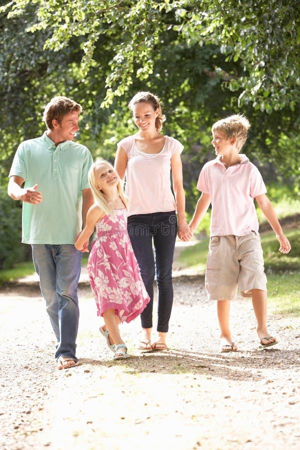 Famiglia che cammina insieme nella campagna fotografia stock libera da diritti