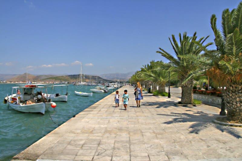 Famiglia che cammina nella città di Nauplia La Grecia fotografia stock