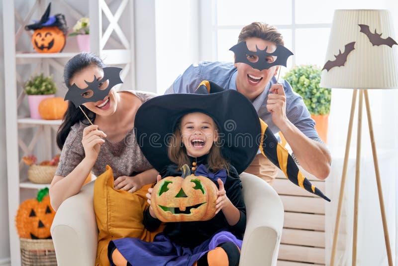 Famiglia che celebra Halloween fotografia stock libera da diritti