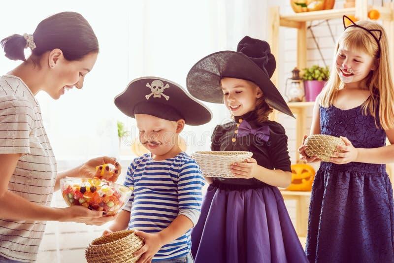 Famiglia che celebra Halloween immagine stock