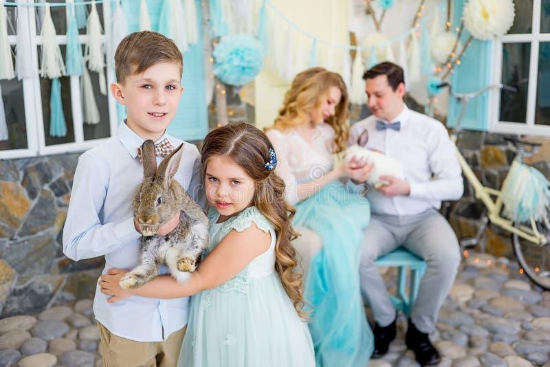 Famiglia che celebra Pasqua fotografie stock libere da diritti