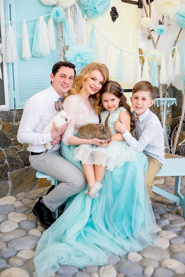 Famiglia che celebra Pasqua immagini stock