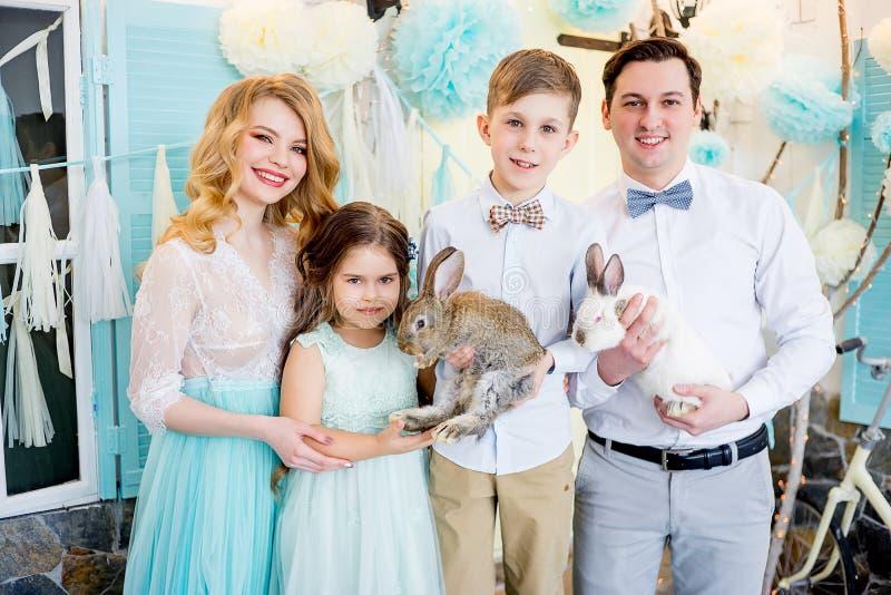 Famiglia che celebra Pasqua fotografia stock