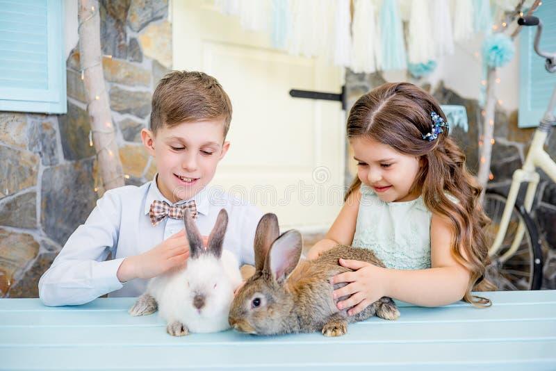 Famiglia che celebra Pasqua immagine stock libera da diritti