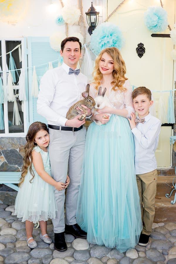 Famiglia che celebra Pasqua fotografie stock