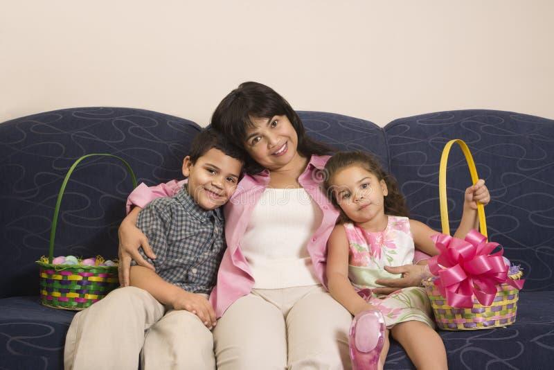 Famiglia che celebra Pasqua. fotografie stock libere da diritti