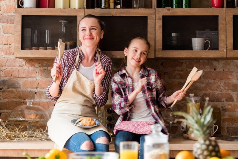 Famiglia che cucina salute amorosa dell'alimento di relazione fotografie stock libere da diritti