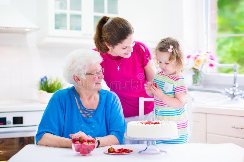 Famiglia che cuoce una torta fotografia stock