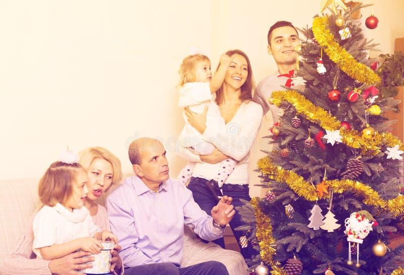 Famiglia che decora l'albero di abete fotografie stock