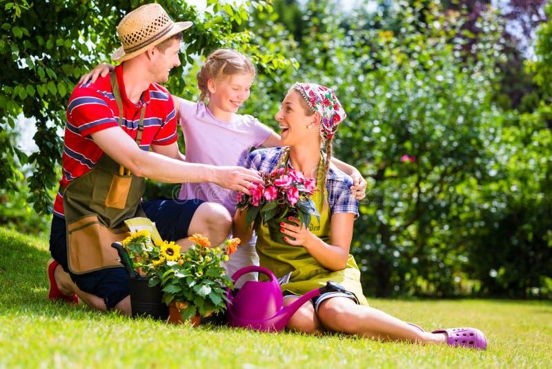 Famiglia che fa il giardinaggio e che si diverte fotografie stock libere da diritti