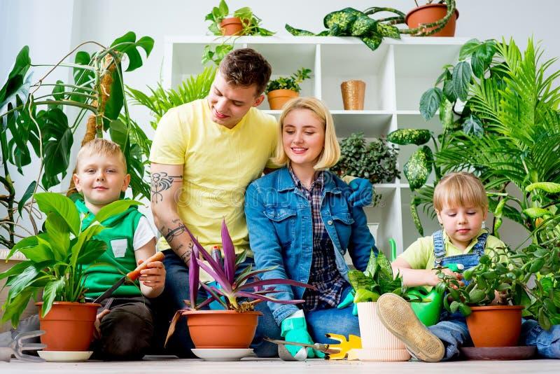 Famiglia che fa il giardinaggio insieme immagine stock