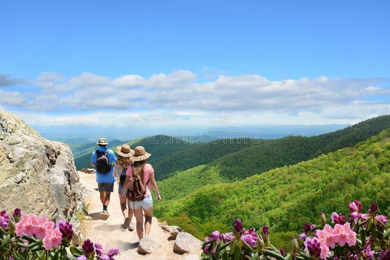 Famiglia che fa un'escursione sulla vacanza in montagne di autunno immagini stock libere da diritti