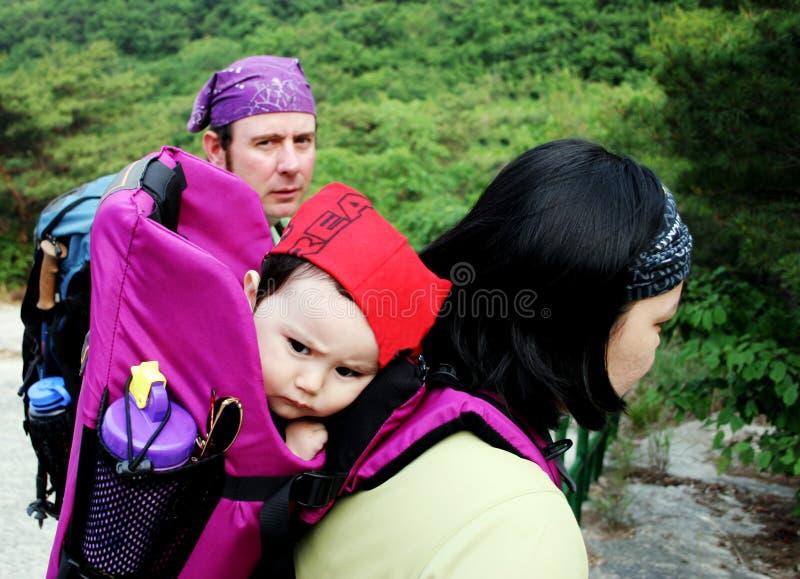 Famiglia che fa un'escursione viaggio fotografie stock libere da diritti